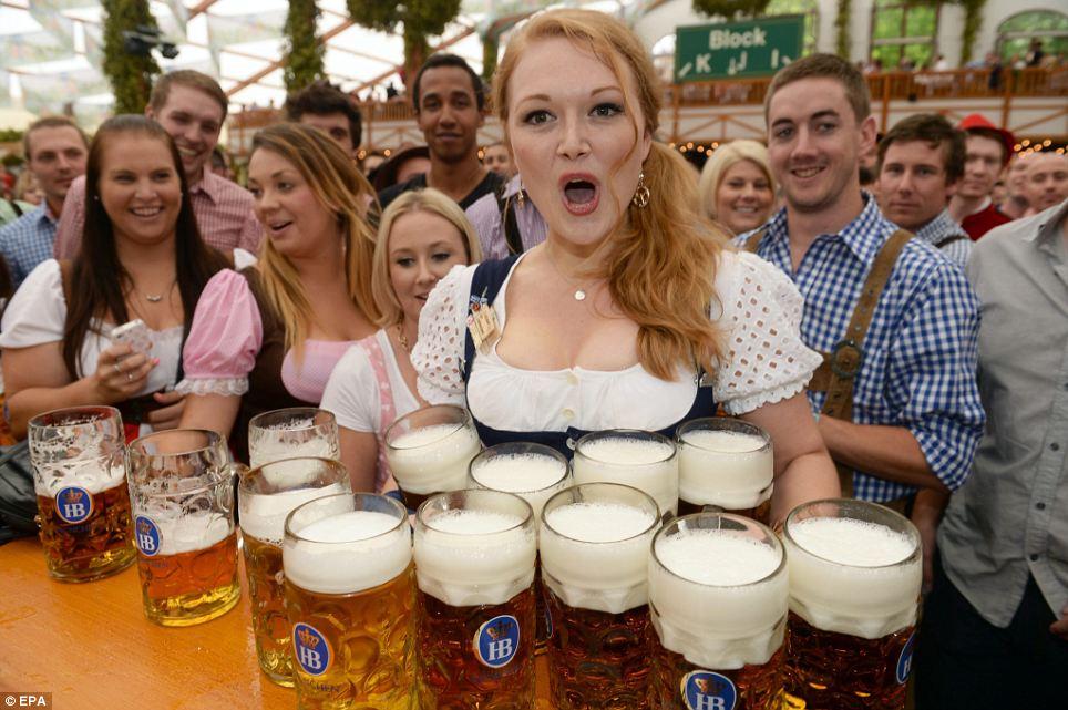 Chica con varios tarros de cerveza