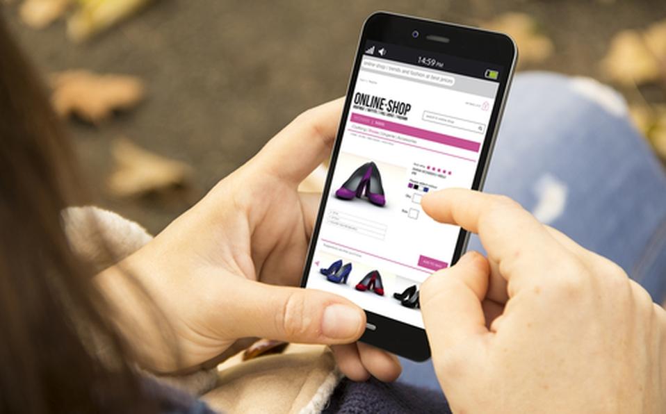 Mujer compra en línea con su celular