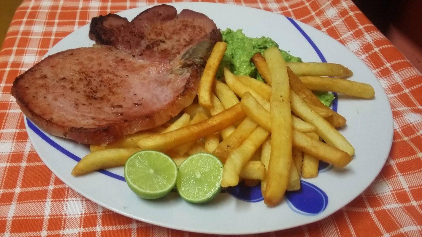 plato de chuleta de cerdo con papas a la francesa