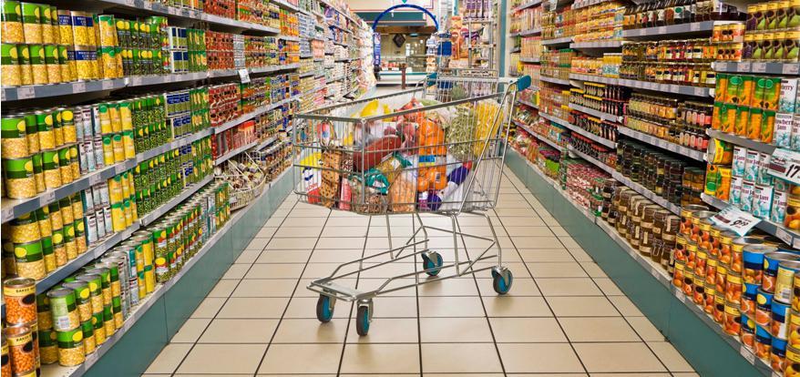 carrito de compras en el pasillo del supermercado