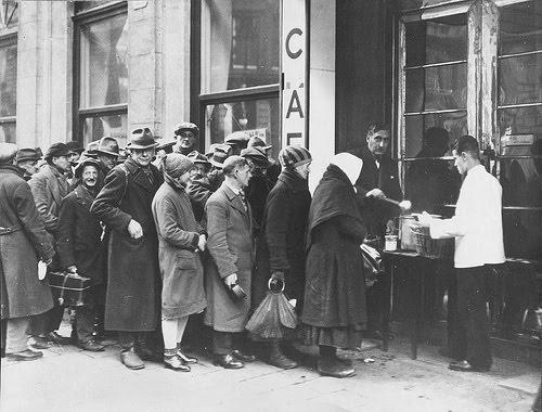 personas haciendo fila por comida