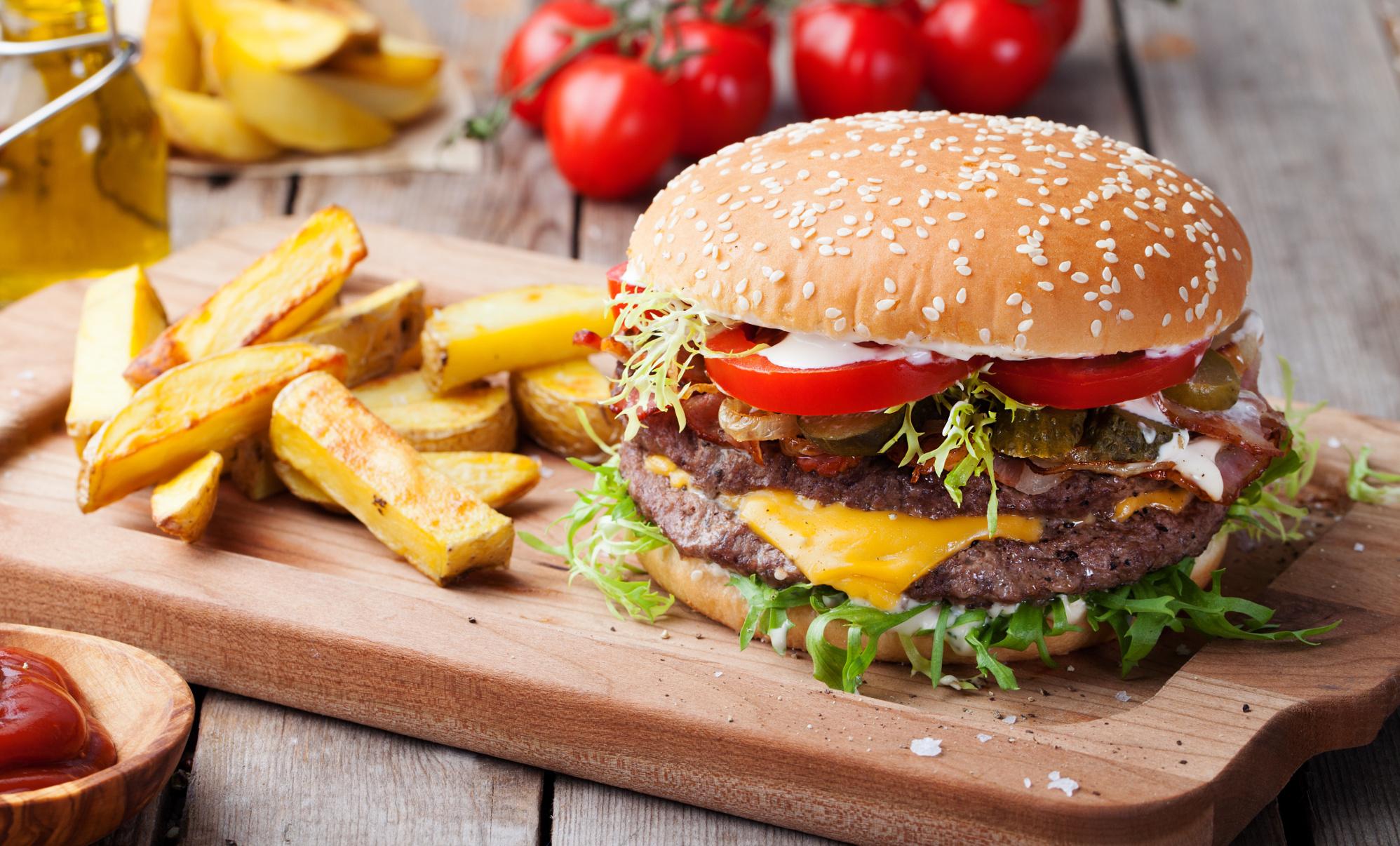 hamburguesa con papas a la francesa sobre tabla de mader