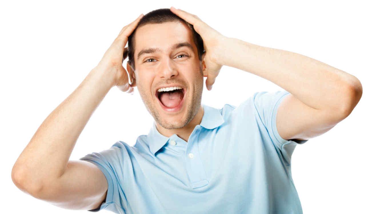 hombre sorprendido se sujeta la cabeza