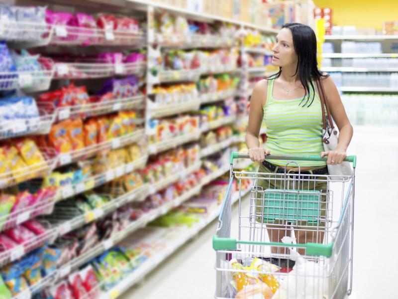 mujer en el pasillo del supermercado