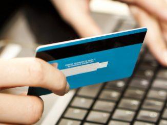 persona usando su tarjeta para compra en línea