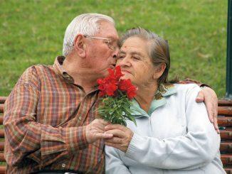 Una pareja de adultos mayores en el parque