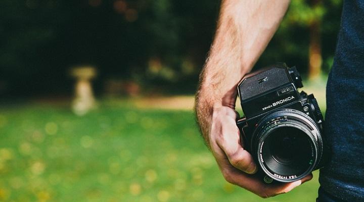 una persona con una cámara fotográfica en la mano