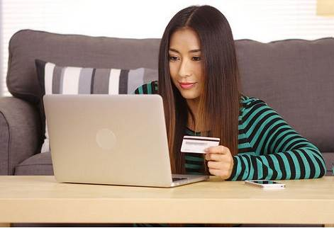 mujer frente a una laptop