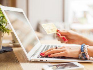 una mujer haciendo una compra o pago por internet