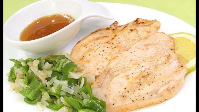 plato de comida con una pechuga de pollo