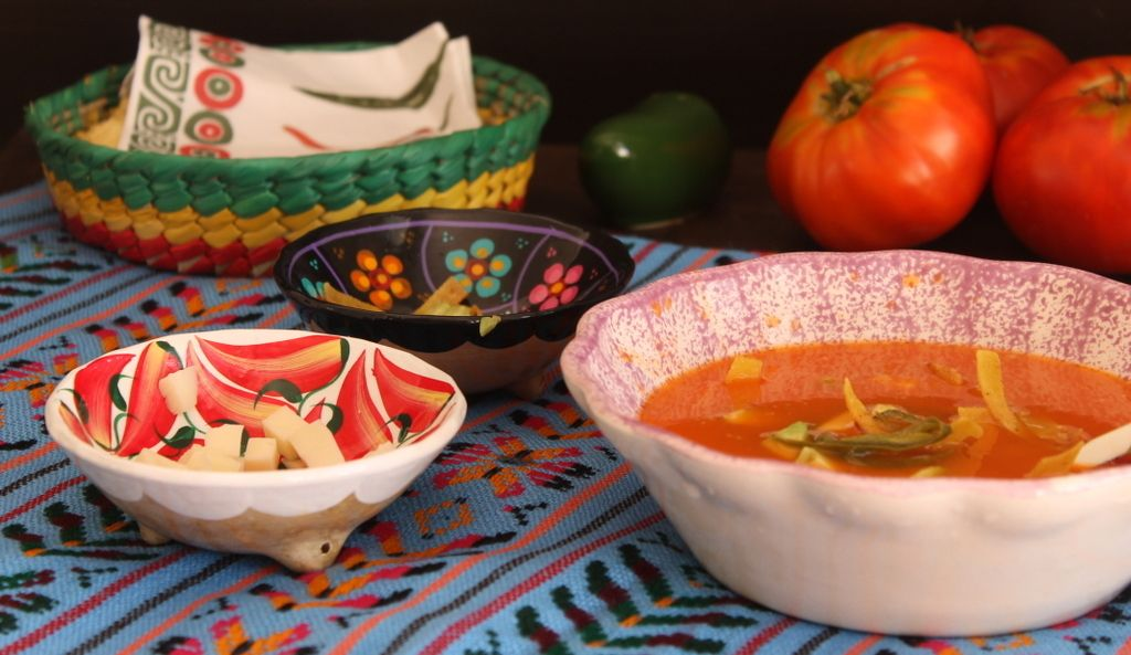 ingredientes y plato de sopa sobre la mesa
