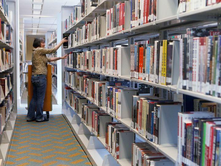 mujer en biblioteca pública