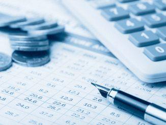 calculadora, monedas y una pluma