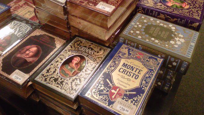 varios libros clásicos sobre una mesa