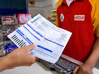persona sosteniendo una factura a pagar