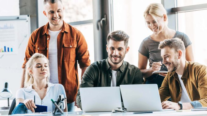 grupo de personas viendo una laptop