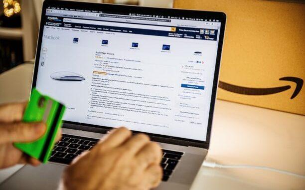 persona usando páginas para comprar en línea