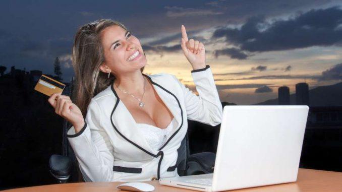 mujer pagando con tarjetas con puntos