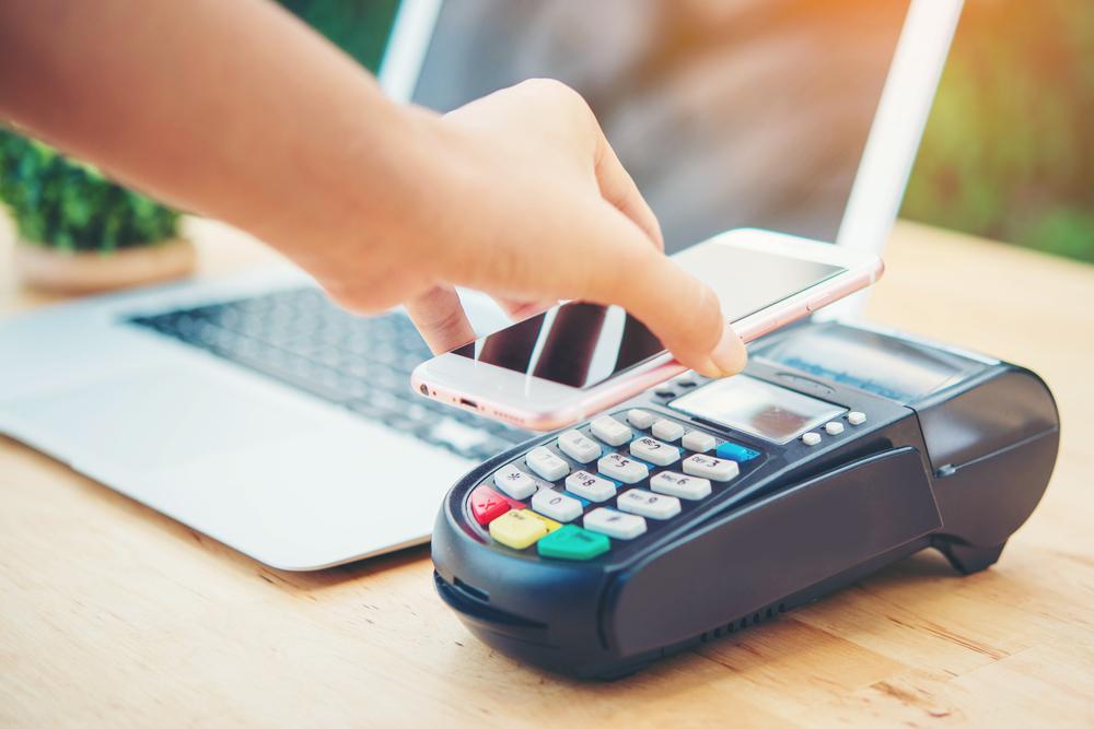 poersona pagando con cartera digital