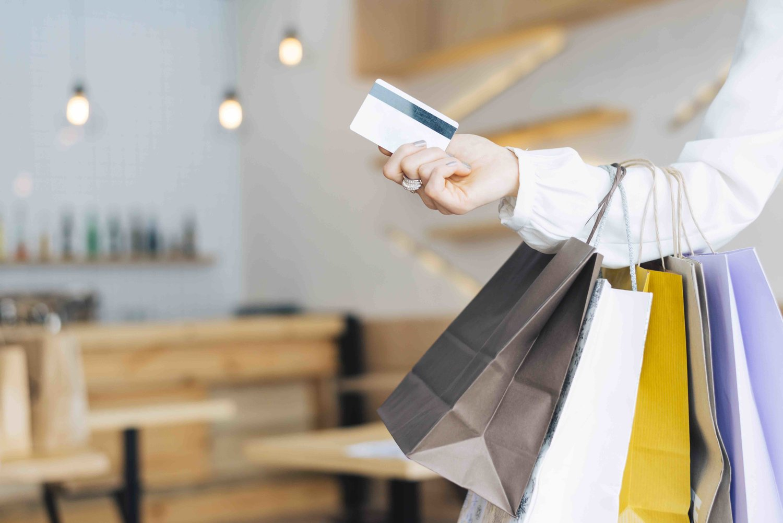 persona haciendo compras con tarjeta con beneficios