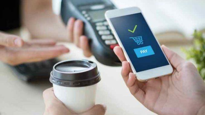 Persona pagando un café con billeteras digitales