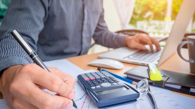persona ordenando sus finanzas personales