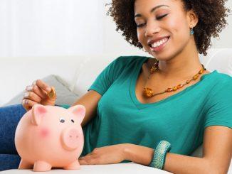 mujer ahorrando en un alcancía