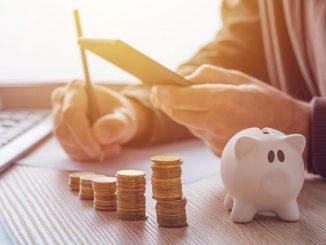 persona ahorrando dinero