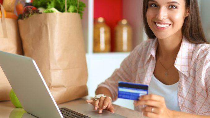 Mujer usando tarjeta de débito