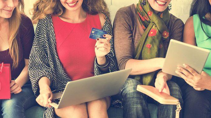 Personas comprando en línea