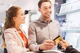 Personas solicitando tarjeta de debito