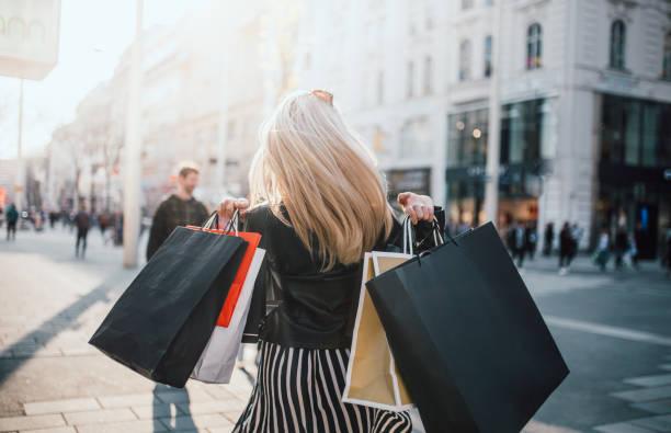 mujer haciendo compras con filtros de seguridad